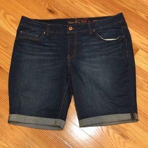 Rolled hem Bermuda shorts